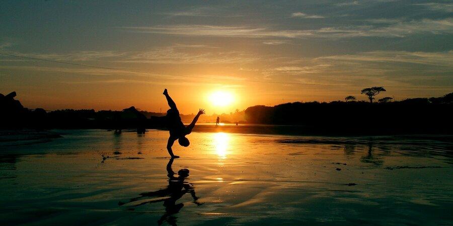 breakdance con puesta de sol