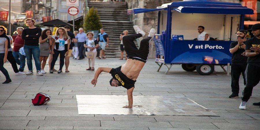 haciendo breakdance